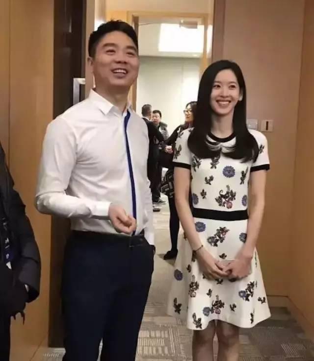 """刘强东:在家下厨房做饭,教老婆看财报;在外豪言""""京东很有钱"""",他是这样的霸道总裁"""