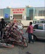 挑事!男子恶意叠放共享单车 寻衅滋事被警方行政拘留