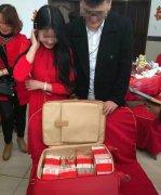 壕!订婚收288万聘金!一叠叠钞票塞满了行李箱