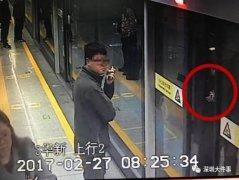 """父亲""""抢秒""""上地铁1岁男童手指被夹!这样抢时间真划不来"""