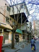 北京街头现悬空房 只用几根钢管支撑!如此违建让人心惊(图)