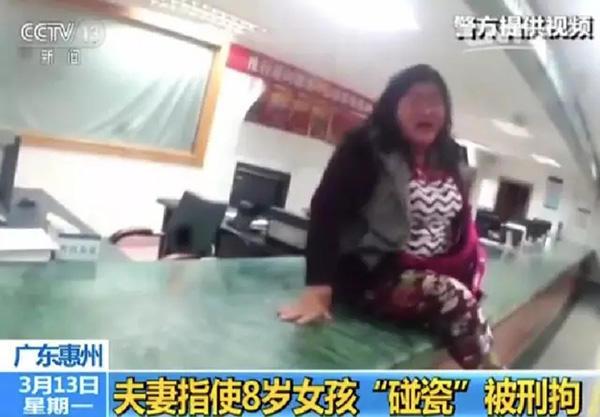 """气愤!8岁女孩被亲生父亲当成""""碰瓷""""工具 被车撞飞1米多"""