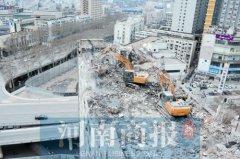 12层楼楼顶惊现挖掘机 市民好奇:咋上去的?
