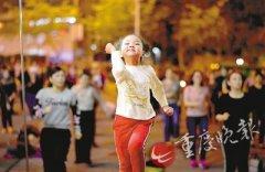 5岁女孩广场领舞:举手投足都十分认真,已有上百号粉