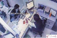 奇葩!男子银行递字条抢劫 还对怀孕业务员微微一笑…