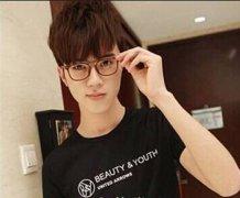 戴眼镜男生夏季发型 很潮很可爱