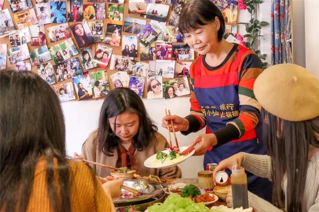 """60岁妈妈创业开火锅店,在这里吃出了""""喂猪般""""的温暖"""