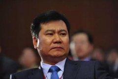 线下败黄光裕,线上踩刘强东,10万元创业,27年做到年收入2829亿
