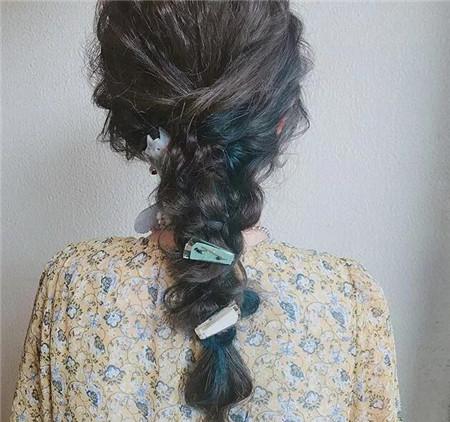 鱼尾柔辫发型,绿色的发色挑染搭配上各款各样的发饰,整体头发呈现图片