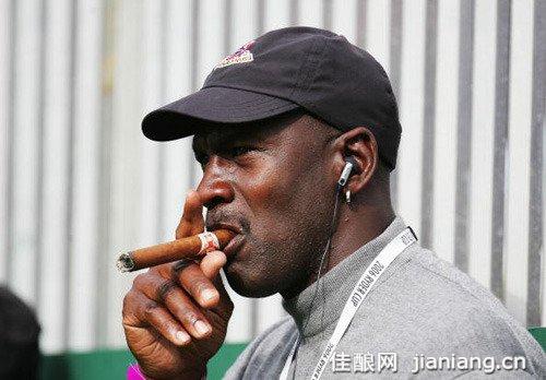 男人6种抽雪茄姿势透出个性特征
