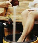 盐水泡脚好处多 补肾清洁除脚气
