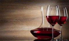 侍酒师为你倒样酒时你该做些什么?
