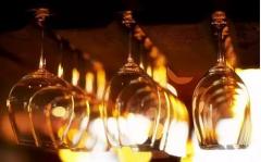 现代人用高脚杯喝葡萄酒 那么古人呢?