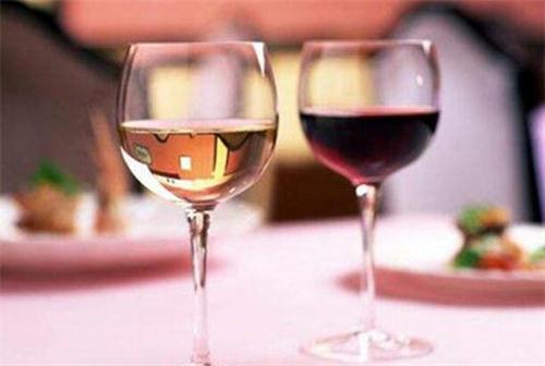 喝葡萄酒时口腔感受到了什么?