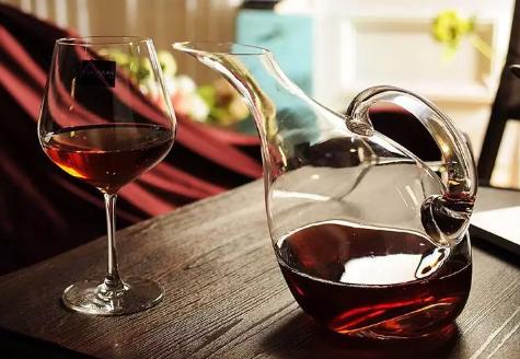 为什么有的葡萄酒陈年后更好喝?